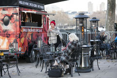 Koffie bij de dijk van Theems met en mensen en toeristen die verfrissen rusten zich Stock Foto