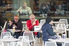 Koffie bij de dijk van Theems met en mensen en toeristen die verfrissen rusten zich Royalty-vrije Stock Foto's