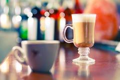 Koffie bij de staaflijst Royalty-vrije Stock Foto's
