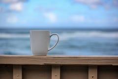 Koffie bij het strand royalty-vrije stock afbeelding