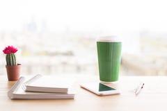 Koffie, blocnotes en telefoon royalty-vrije stock afbeelding