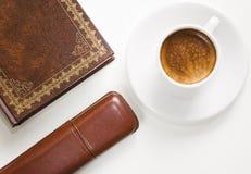 Koffie, boek en glazengeval. Stock Afbeelding