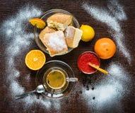 Koffie, cake en sap op een lijst Royalty-vrije Stock Fotografie