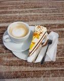 Koffie, cake, lepel, vork in de ochtenden royalty-vrije stock foto's