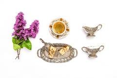 Koffie, cake, lilac bloemen De ontbijtvlakte legt Voedseldrank Royalty-vrije Stock Afbeelding