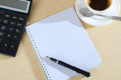 Koffie, calculator en notitieboekje Stock Foto's