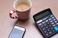 Koffie, calculator en telefoon stock fotografie