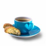 Koffie, cantuccini en schaduw in hartvorm Stock Afbeeldingen