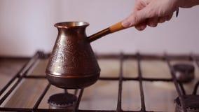 Koffie in Cezve wordt gebrouwen die stock videobeelden