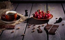 Koffie, chocolade en kers stock afbeeldingen