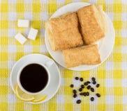 Koffie, citroen en suiker, plaat met vlokkige koekjes op tafelkleed Stock Afbeeldingen
