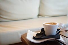 Koffie in comfortabele koffie Royalty-vrije Stock Fotografie