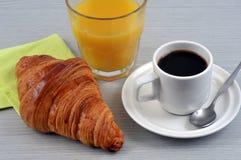 Koffie, croissant en jus d'orange stock afbeeldingen