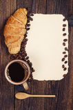 Koffie, croissant en oud document Stock Fotografie