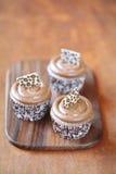 Koffie Cupcakes op een houten scherpe raad. Royalty-vrije Stock Afbeeldingen