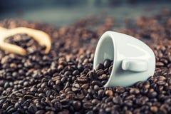 Koffie De bonen van de koffie Het hoogtepunt van de koffiekop van koffiebonen Gestemd beeld royalty-vrije stock fotografie