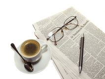 Koffie, de krant, potlood stock foto's