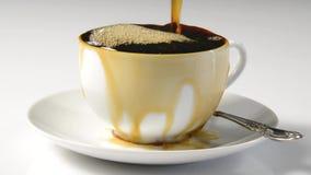 Koffie die de kop overlopen stock video