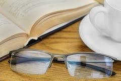 Koffie die een boek lezen stock fotografie
