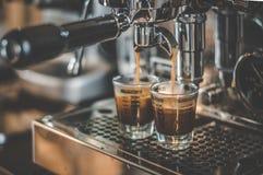Koffie die in Espressomachine worden gemaakt stock foto