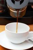 Koffie die in kop wordt gegoten royalty-vrije stock afbeelding