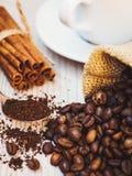 Koffie die op de lijst wordt geplaatst Stock Foto