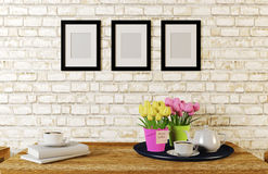 Koffie die op lijst in witte baksteenruimte wordt gediend die met fotokaders wordt verfraaid Stock Foto's