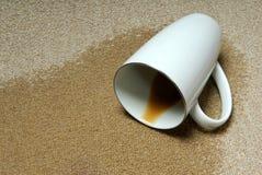 Koffie die op tapijt wordt gemorst stock foto's