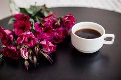 Koffie, eclairs en bloemen stock foto's