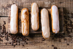 Koffie eclairs over hout Stock Fotografie