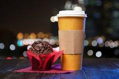 Koffie in een document kop stock foto's
