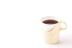 Koffie in een document kop wordt gegoten die Stock Foto's
