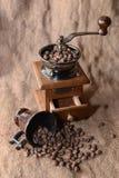 Koffie in een koffiemolen Stock Afbeelding
