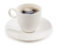 Koffie in een kop op witte achtergrond wordt geïsoleerd die royalty-vrije stock foto