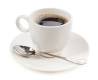 Koffie in een kop op witte achtergrond wordt geïsoleerd die stock foto