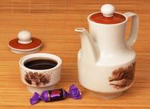 Koffie, een kop van koffie en een snoepje. Royalty-vrije Stock Fotografie