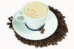 Koffie in een witte koffiekop op een zilveren schotel royalty-vrije stock foto's