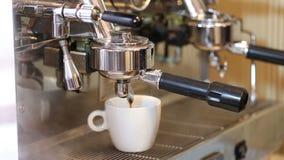 Koffie in een witte kop van koffiemachine die wordt gegoten stock footage