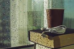 Koffie en boeken op regenachtige dag Stock Foto's