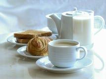 Koffie en brood voor ontbijt stock afbeeldingen