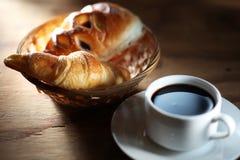 Koffie en broodje Stock Foto's