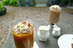 Koffie en cake op de lijst Royalty-vrije Stock Afbeeldingen