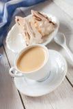 Koffie en cakes van schuimgebakje stock afbeelding