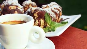 Koffie en chocoladecakes stock video