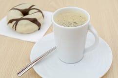 Koffie en chocoladedoughnut Stock Fotografie