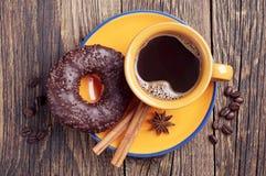 Koffie en chocoladedoughnut Stock Afbeeldingen
