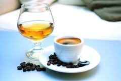 Koffie en cognac stock afbeeldingen