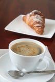 Koffie en croissant Stock Fotografie