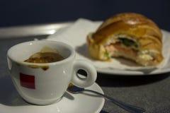 Koffie en croissant voor ontbijt Royalty-vrije Stock Foto