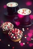 Koffie en cupcakes met kleine harten stock afbeelding